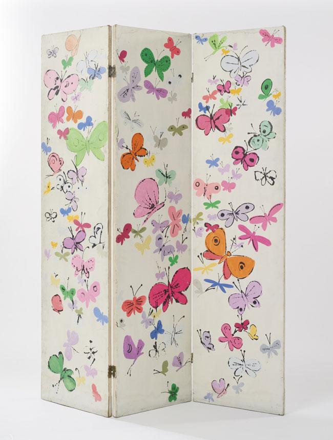 Tấm bình phong vẽ hình những con bướm.