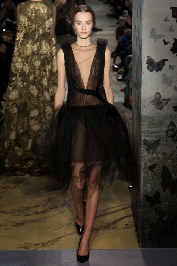 Chiếc váy lấy nguồn cảm hứng từ nhà soạn nhạc Rossini, nổi bật với hình con khỉ thêu từ lông đà điểu.