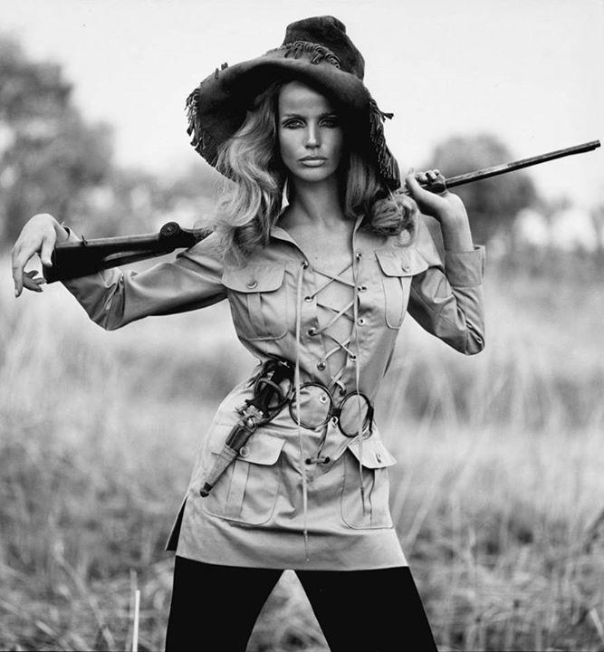 Người mẫu Veruschka trong mẫu áo khoác safari đầu tiên dưới ống kính của nhiếp ảnh gia Franco Rubartelli, tạp chí Vogue 1968.
