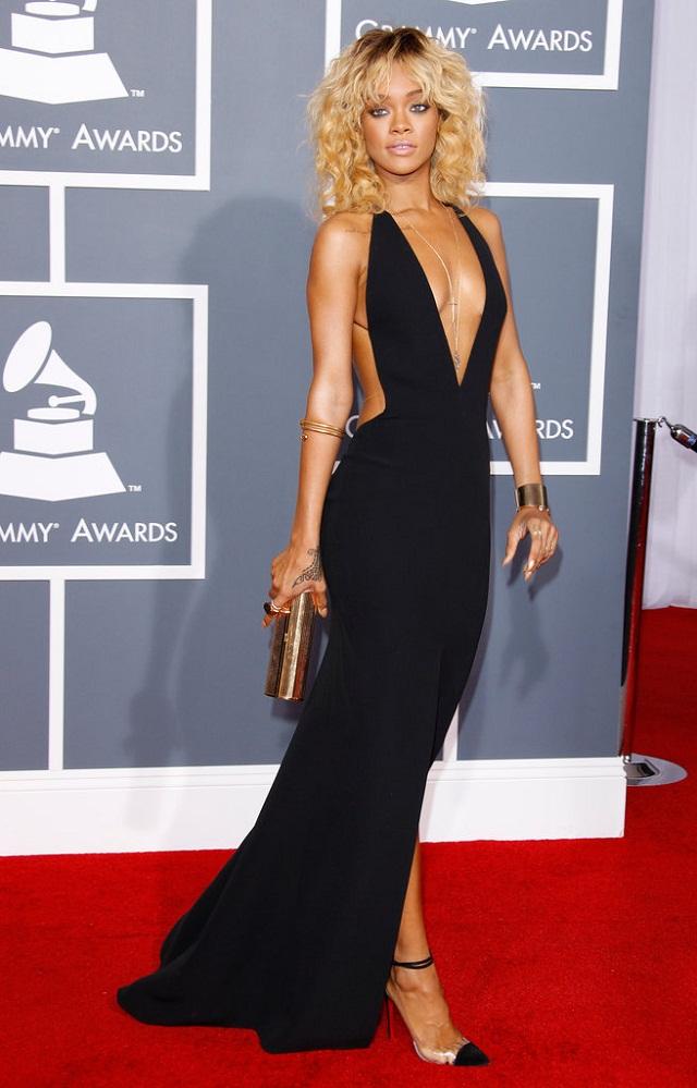 RiRi mặc váy Giorgio Armani và đi giày Christian Louboutin tại lễ trao giải Grammy 2012.