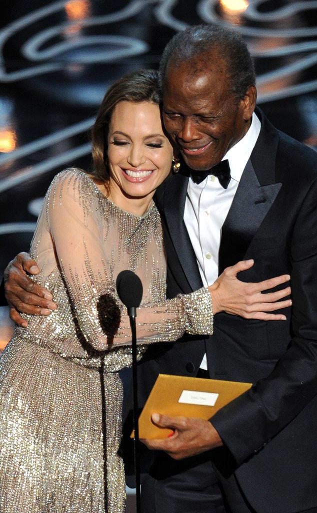 Sidney Poitier, người da đen đầu tiên nhận giải Oscar, cùng Angelina Jolie trao giải Đạo diễn xuất sắc nhất