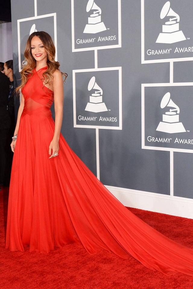 Rihanna quyến rũ trong đầm đỏ của Alaïa tại Lễ trao giải Grammy 2013.