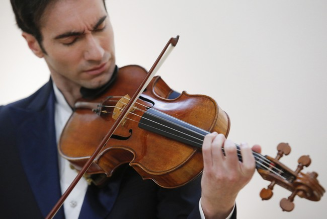 Carpenter plays the 'Macdonald' Viola at Sotheby's gallery in New York