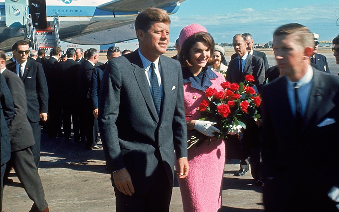 jackie-kennedy-pink-suit-airport-ftr