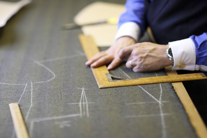 Bàn tay của nghệ nhân suit Darren Beaman, những bộ suit của ông có giá từ 2.000 Bảng (khoảng 70 triệu đồng)