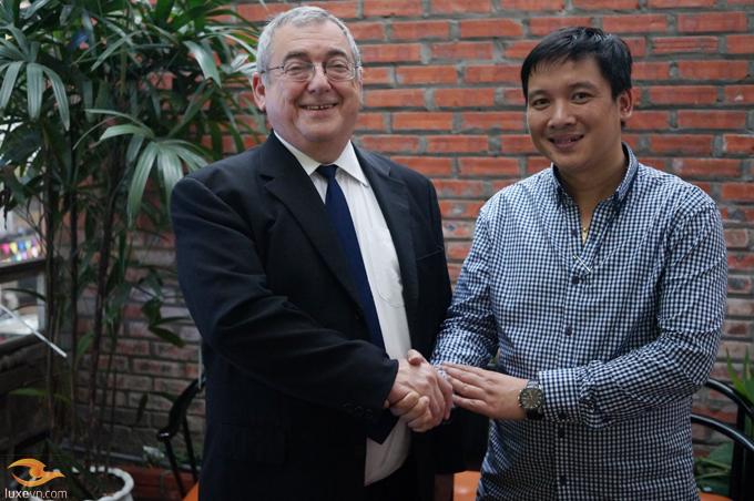 Ông Ivo Tiefenbrun và đại diện nhà phân phối chính thức của Linn Products tại Việt Nam