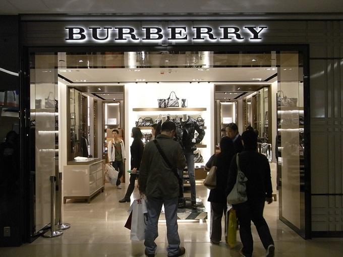 HK_TST_Sogo_shop_Burberry_night_visitors