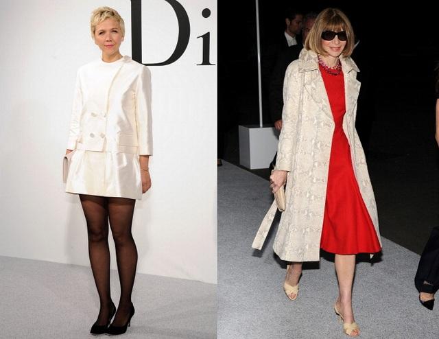 Maggie Gyllenhaal (phải) mặc Dior và Vogue Anna Wintour trong áo khoác và váy Prada (trái)