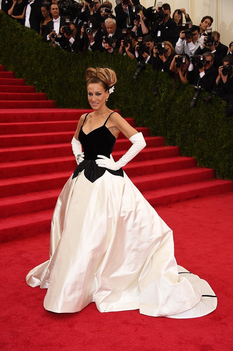 Sarah Jessica Parker là ngôi sao mở màn cho sự kiện với một thiết kế của Oscar de la Renta mang đậm dấu ấn của Charles James với đầm ball-gown và găng tay trắng.