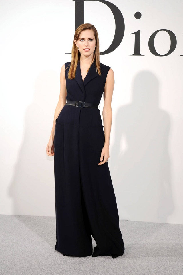 Nữ diễn viên Allison Williams nổi bật trong jumpsuit đen