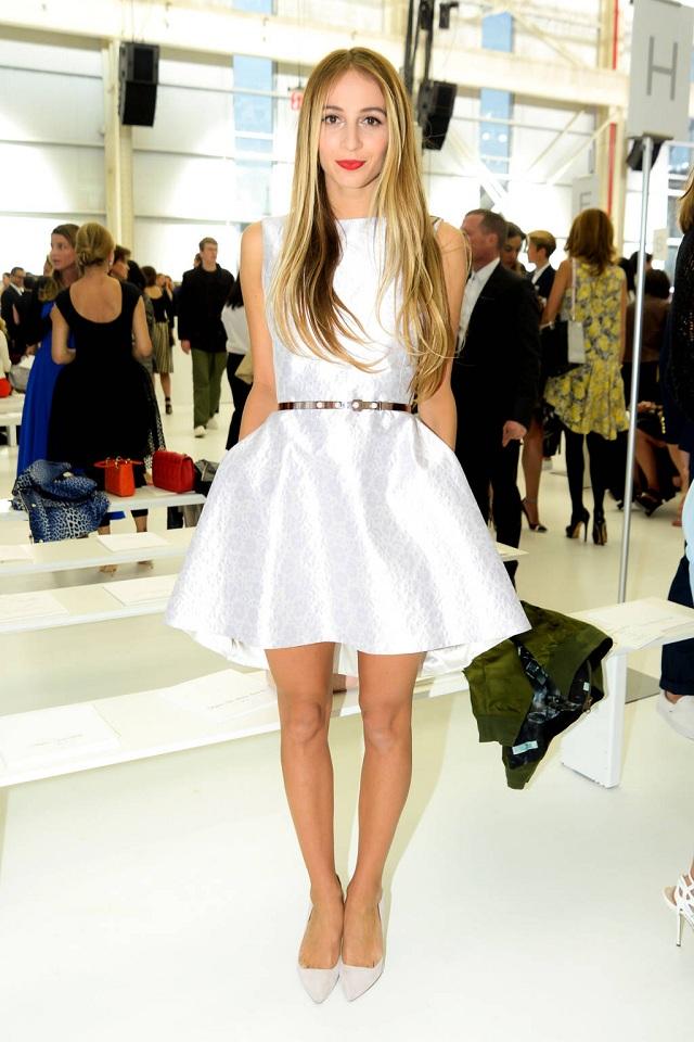 Harley Viera Newton trong váy trắng Dior