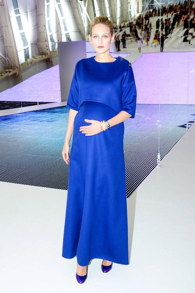 """Leelee Sobieski dù """"bầu bí"""" vẫn xinh đẹp trong váy màu xanh navy của Dior"""