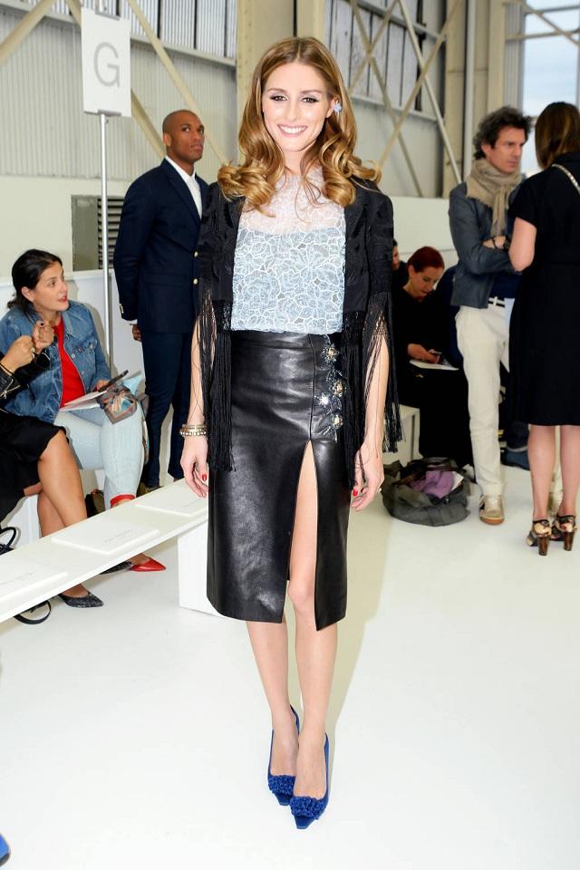 Olivia Parlemo mặc chân váy da và áo khoác tua rua