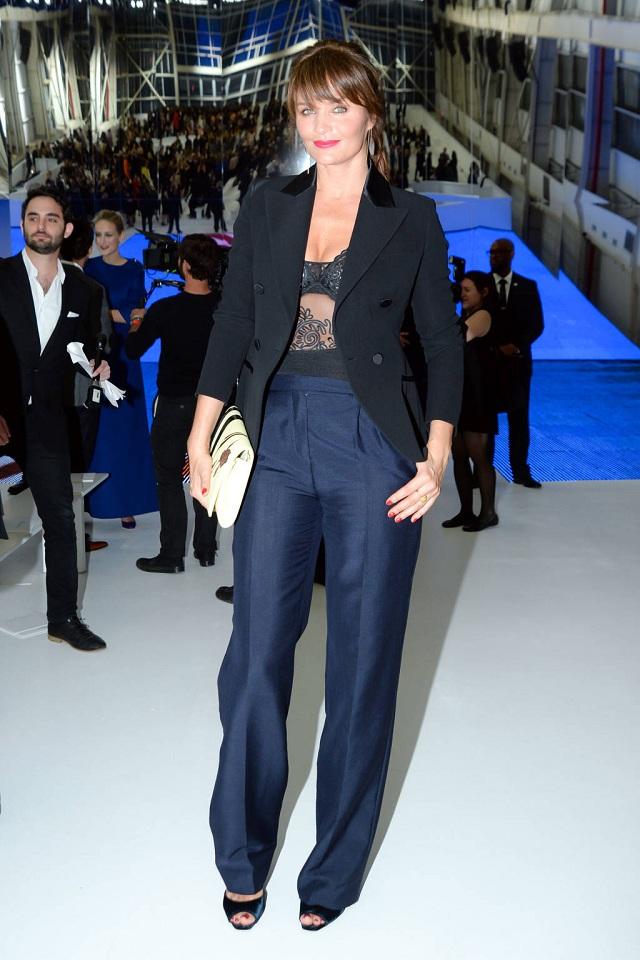 Helena Christensen cá tính trong suit đen, áo trong xuyên thấu và clutch màu sáng