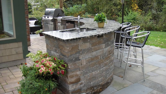Outdoor-Kitchens-1-A-nice-curved-shape