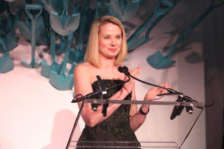Melissa Mayer trong một sự kiện gây quỹ nghệ thuật tại Mỹ