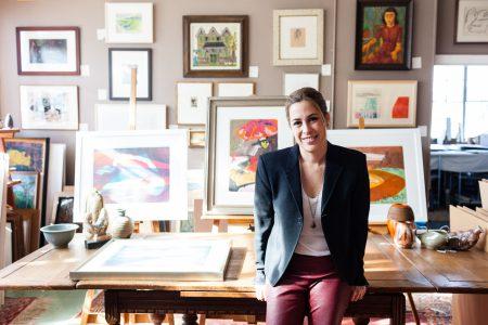 Alison Pincus bên những bức tranh cô yêu thích