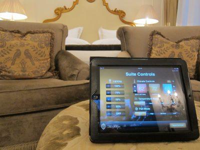 Mùa hè này, một loạt khách sạn cao cấp bắt đầu thử nghiệm đưa thiết bị iPad vào dịch vụ khách hàng