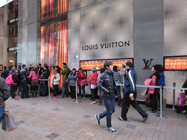 LuxeVN-louis-vuitton-queue-in-chengdu