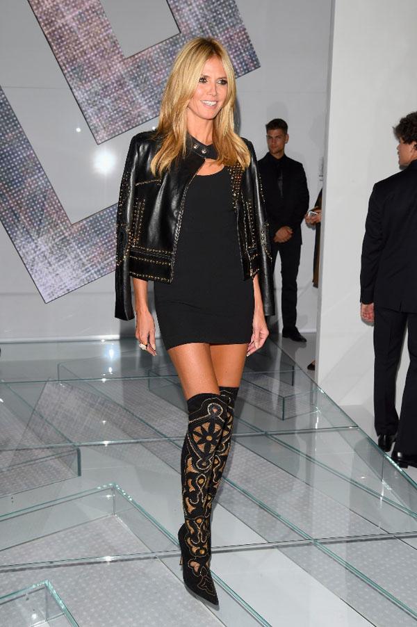 Tại phần diễn BST Versace Xuân Hè 2015, Heidi Klum xuất hiện cùng mẫu đầm ngắn màu đen kết hợp cùng áo khoác da nạm đính với chi tiết cắt laser ở tay áo. Điểm nhấn của trang phục là chiếc nhẫn Medusa và đôi bốt nhung hoạ tiết
