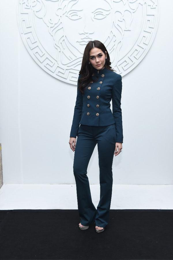 Người đẹp xứ Chùa Vàng – nữ diễn viên Thái Chompoo Araya A. Hargate nổi bật với bộ suit xanh mang hơi hướng nhà binh thuộc BST Versace Thu Đông 2014
