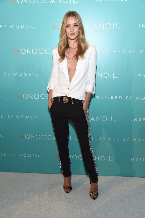 Thiên thần Victoria's Secret – người mẫu Rosie Huntington-Whiteley tham dự một sự kiện với mẫu áo khoác blazer màu trắng đi kèm với thắt lưng, quần và giày thuộc BST Versace Xuân Hè 2015
