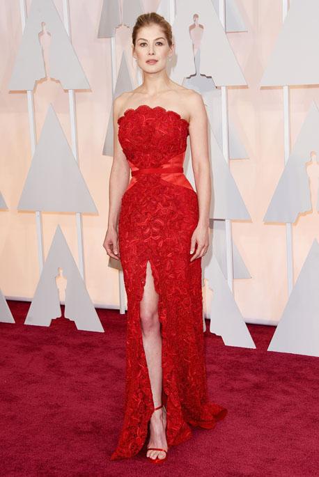 Cô vợ nguy hiểm của Gone Girl, Rosamund Pike mặc đầm đỏ của Givenchy Haute Couture và trang sức Lorraine Schwartz
