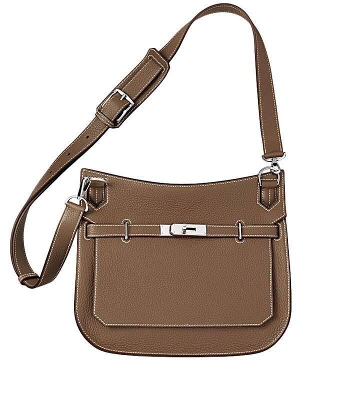 Saddle bag (túi yên ngựa): Người ta gọi loại túi này là túi yên ngựa chỉ vì kiểu dáng của nó có phần đỉnh cong giống như chiếc yên ngựa. Thuật ngữ này cũng để chỉ những chiếc túi mà các tay kỵ sĩ gắn vào yên ngựa để đựng những đồ vật cá nhân. Ảnh: túi saddle Jypsière của Hermès