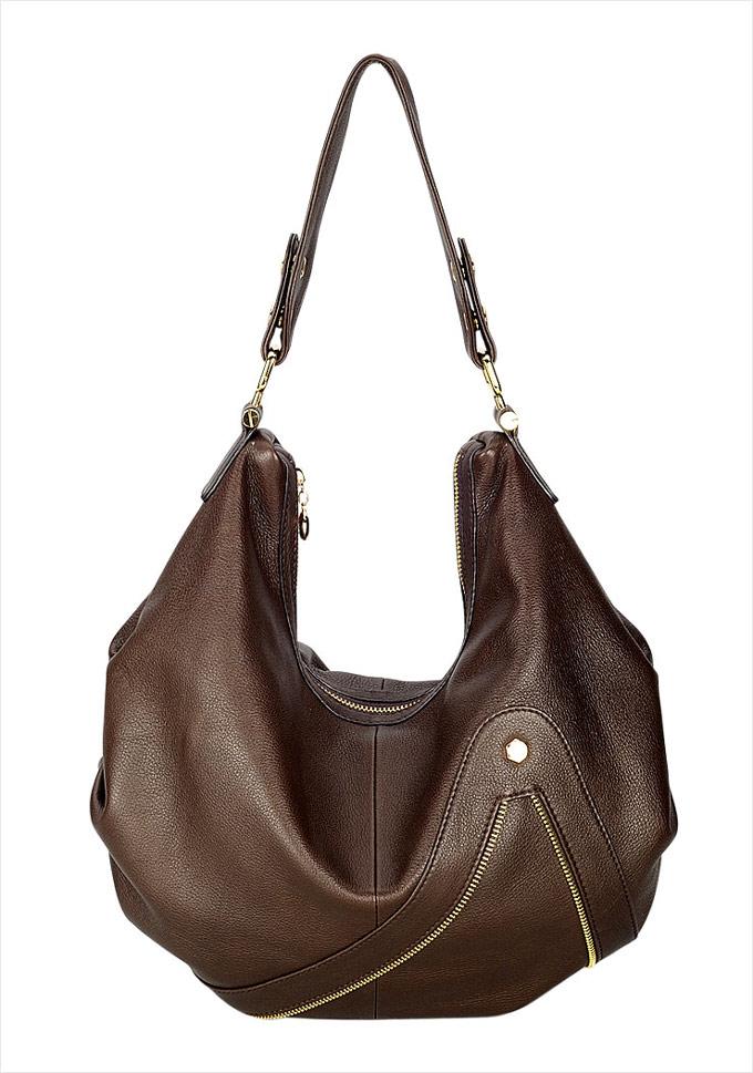 Hobo bag (túi lang thang): là kiểu túi thường có kích cỡ lớn và được nhận diện bởi hình dáng hơi cong hình lưỡi liềm, dáng hơi thả và được thiết kế dây đeo dài để có thể đeo qua vai. Túi hobo thường được làm từ những vật liệu mềm và linh hoạt. Có rất nhiều kích cỡ và kiểu dáng của loại túi này. Chiếc túi được gọi là hobo (lang thang) bởi vì nó thường có kiểu dáng kiểu như chiếc bị treo trên gậy của những kẻ lang thang thường xuất hiện trong các bức tranh hay trong phim hoạt hình. Ảnh: Túi hobo da nâu của Edgy