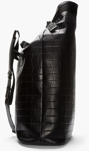 Túi Duffle hay Duffel (túi thể thao): là túi có hình trụ thích hợp để đựng các đồ tập gym, thể thao hoặc đồ dùng cho dịp đi chơi cuối tuần. Vật liệu sử dụng để chế tác túi đa dạng, phong phú từ những loại vải cứng, bền cho tới những loại da siêu mềm. Đây là loại túi hình trụ dọc có dây thắt nút ở trên và có thể đeo trên vai thường được sử dụng trong quân đội Hoa Kỳ. Hiện tại, nó có biến tấu thành túi thời trang và đã trở nên phổ biến, túi này có hình trụ nằm ngang và có quai đôi để xách tay. Cái tên Duffel đến từ thị trấn Duffel của Bỉ. Nguyên bản, Duffel là nơi sử dụng vải dày để may loại túi này. Thuỷ thủ hay lính thủ đánh bộ của Hoa Kỳ khi sử dụng túi Duffle thường gọi nó là túi đi biển (seabag). Ảnh: Túi Duffle quân đội của Lanvin
