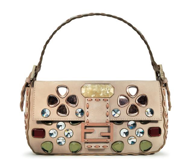 Baguette purse (túi baguette): là loại túi xách có bề ngang dài, khoảng cách từ đỉnh túi tới đáy túi hẹp hơn, khiến nhiều người liên tưởng tới ổ bánh mỳ truyền thống của Pháp. Vì thế, những chiếc túi có hình dáng như vậy được gọi là túi baguette. Ảnh: Túi baguette của Fendi