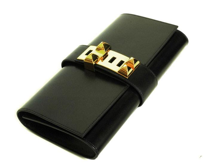 Clutch purse (xắc tay, ví): là một loại túi cỡ nhỏ được thiết kế để đựng vật dụng tuỳ thân như bằng lái xe, giấy tờ, điện thoại, thẻ tín dụng. Thiết kế của nó thường để người dùng cầm tay. Một vài mẫu thiết kế có thêm dây tháo ra được hoặc dây da để đeo trên vai. Có rất nhiều kiểu clutch thời trang khác nhau, nhưng một vài kiểu giữ lại mẫu mã cổ từ thời kỳ Babylon. Hiện tại, clutch thường được dùng như một phụ kiện cho các quý bà trong những bữa tiệc tối. Ảnh: