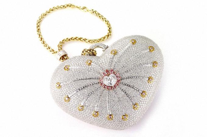 Minaudière (xắc tay, ví): là một loại phụ kiện thời trang nữ, thường được coi là một món trang sức cầm tay thay cho những chiếc xắc hay ví cầm tay trong những bữa tiệc tối, nó cho phép đựng nhiều loại phụ kiện khác bên trong như son, đồng hồ, kính hay chìa khóa… Về cơ bản, một chiếc minaudière thường được mạ kim loại có dáng cứng, thuôn, có kích thước nhỏ vừa đủ để cầm trong bàn tay - Đây là một món đồ phụ kiện rất thanh nhã. Vật liệu được sử dụng để chế tạo nó thường cứng và được hoàn thiện với kim loại quý như vàng hay bạc. Bên ngoài người ta tô điểm cho chiếc xắc bằng đá quý hay trang trí bằng sơn mài hoặc khảm trai. Đôi khi thiết kế của minaudière cũng sử dụng sợi vải.