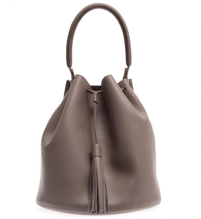 Bucket bag (túi thùng): loại túi có kiểu dáng như chiếc thùng hoặc gàu múc nước cổ điển nên được gọi với cái tên bucket. Ảnh: túi bucket của Anya Hindmarch