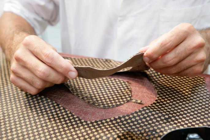 Atelier de Production de souliers Louis Vuitton a Fiesso d'Artico en Italie - Decoupe du cuir Damier Sauvage
