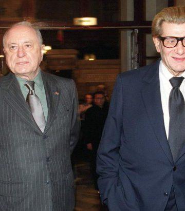 Pierre Bergeé với bạn đời cũ, đồng nghiệp của ông Yves Saint Laurent tại Paris, 1999. Ảnh: Sipa