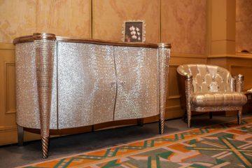 Chiếc tủ phòng trà Swarovski