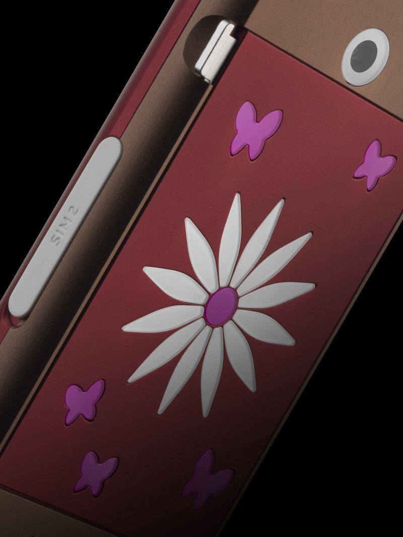 Toàn bộ cánh hoa và bướm là sapphire và hồng ngọc. Fleur là tuyên ngôn kín đáo về đẳng cấp.